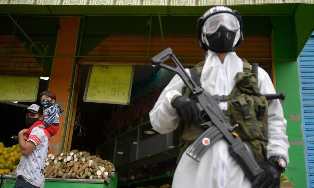 Pandemia na Colômbia tem aumentado as dificuldades econômicas de parte da população Foto: RAUL ARBOLEDA / AFP