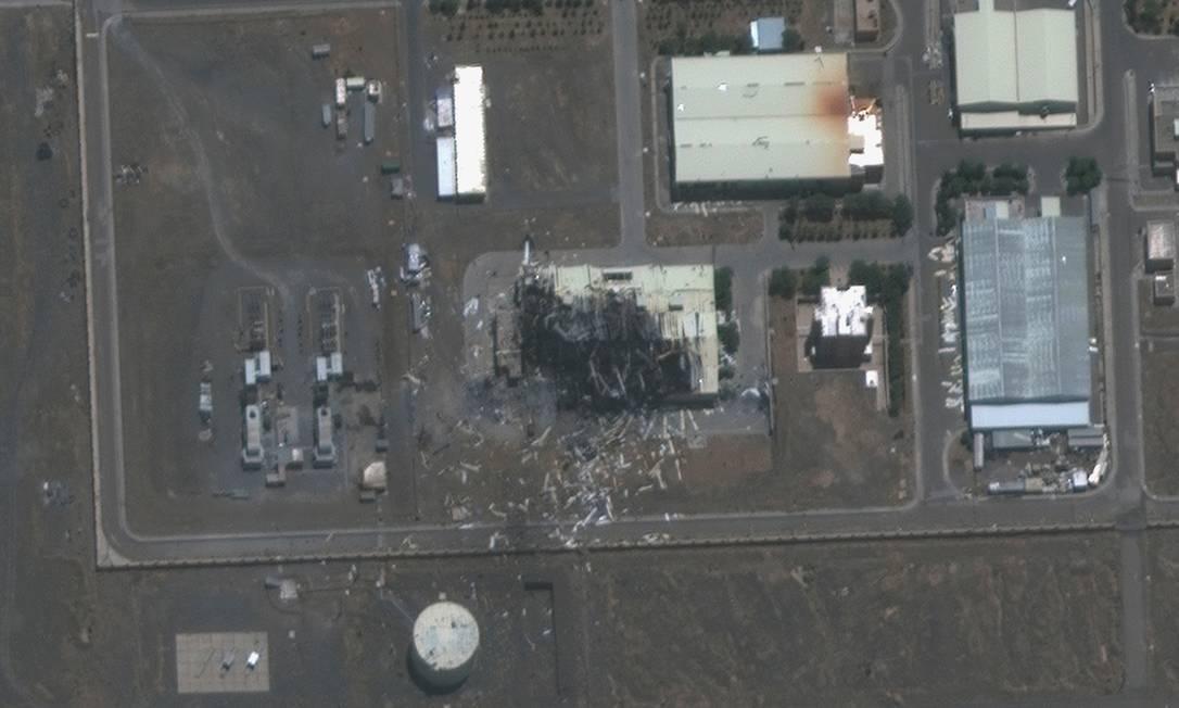 Imagem de satélite mostrando os danos a um prédio na instalação nuclear de Natanz, no Irã Foto: HANDOUT / via REUTERS