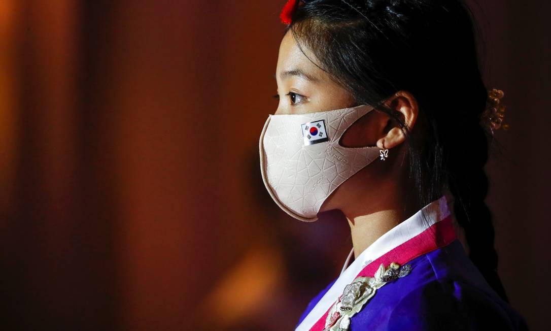 Modelo desfila com máscara em semana de moda de Seul Foto: KIM HONG-JI / REUTERS