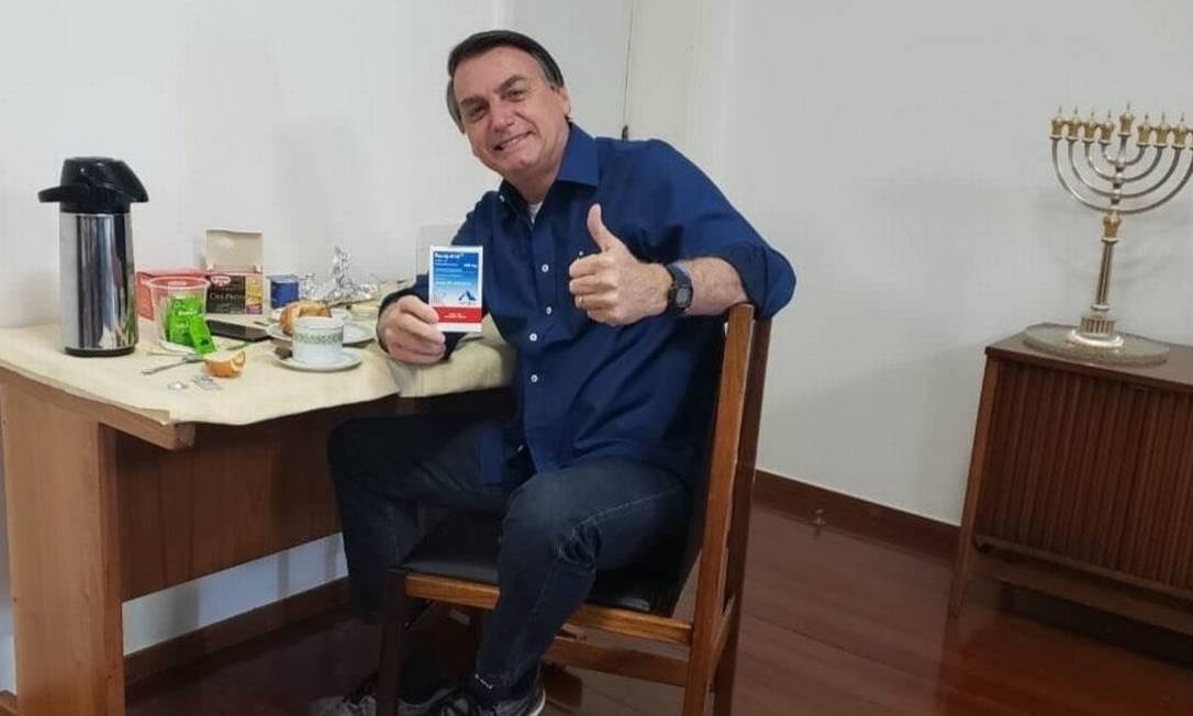 Foto: Reprodução/Twitter / Presidente Jair Bolsonaro exibe uma caixa de hidroxicloroquina ao anunciar resultado negativo para Covid-19