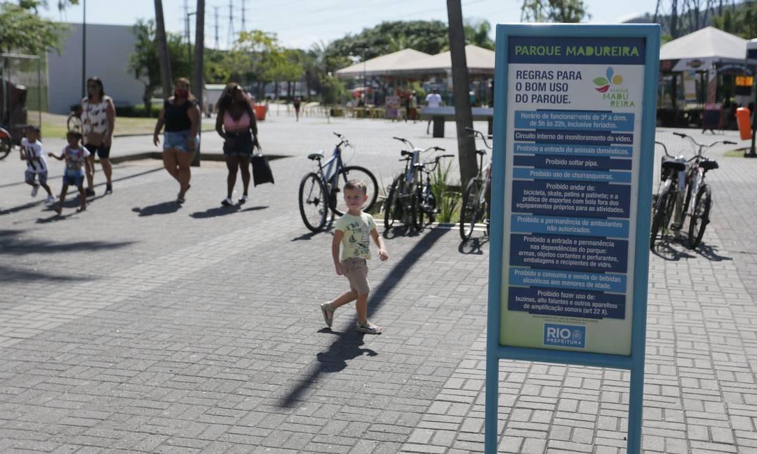Cartaz sobre normas de condutas do Parque Madureira ainda não foi atualizado com as determinações para o enfrentamento da pandemia Foto: Cléber Júnior / Agência O Globo
