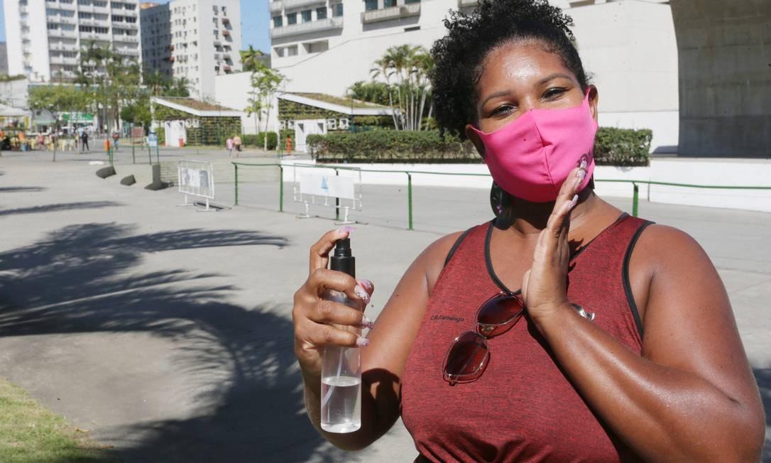 Prevenida. Simone da Silva Santos carrega borrifador com álcool 70% para desinfetar as mãos sempre que necessário e usa máscara Foto: Cléber Júnior / Agência O Globo