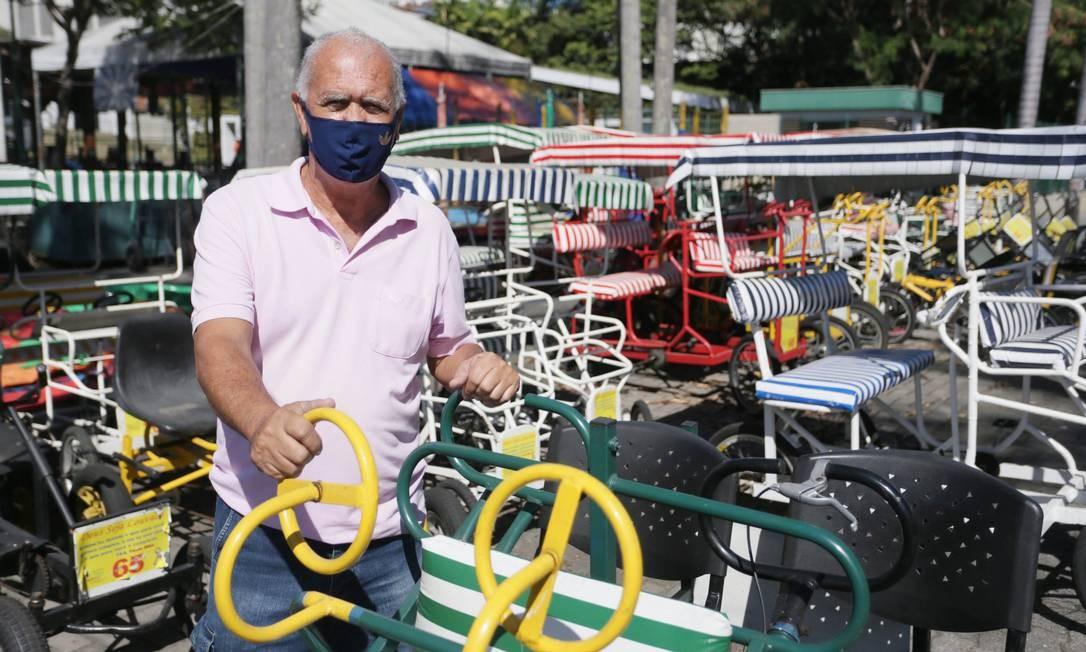 Edmauro Cordeiro da Silva, responsável por alugar triciclos para passeio no parque, adotou medidas sanitárias para tornar mais seguro o compartilhamento do equipamento Foto: Cléber Júnior / Agência O Globo