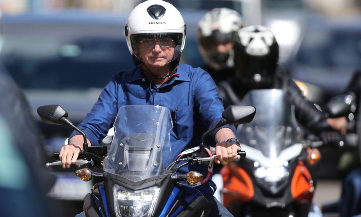 Bolsonaro é escoltado durante passeio de moto Foto: Jorge William / Agência O Globo