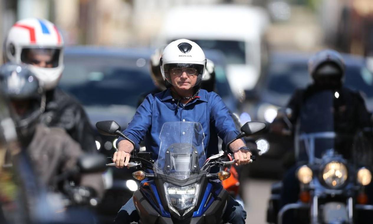 Bolsonaro passeia de moto, em Brasília Foto: Jorge William / Agência O Globo