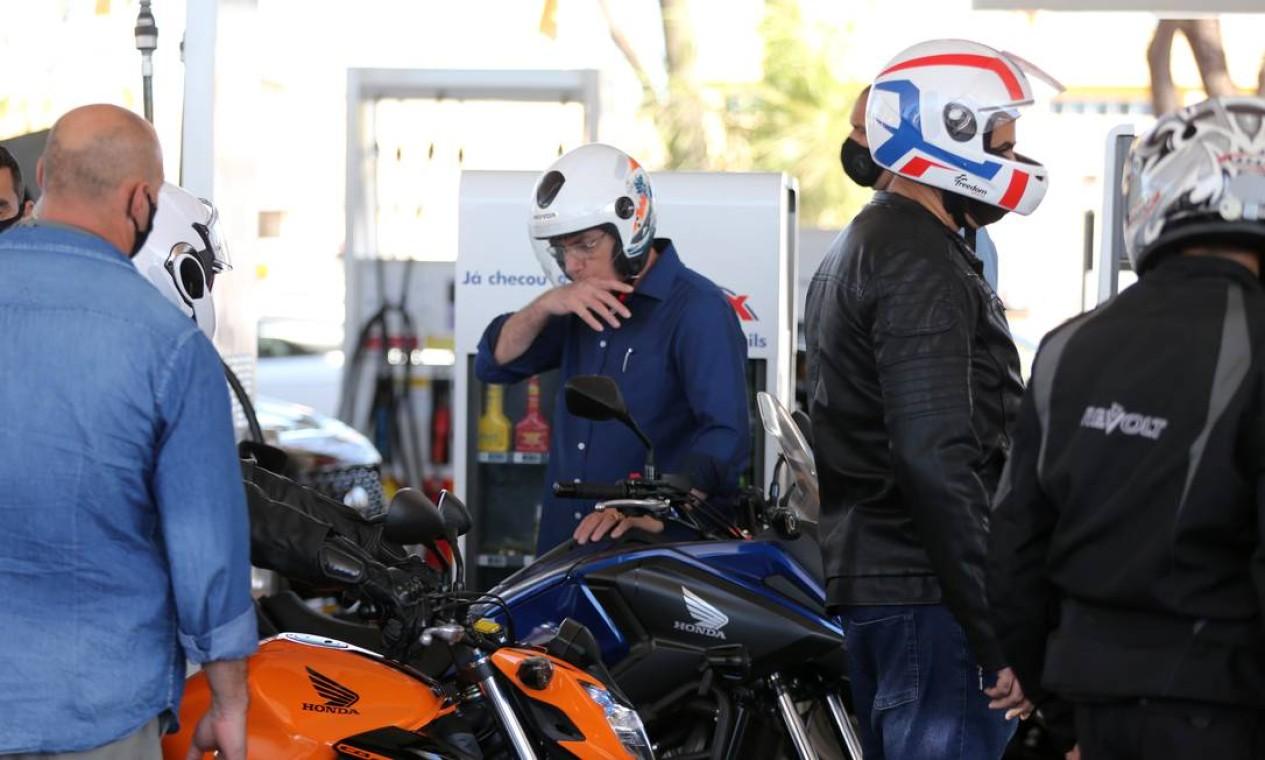 Presidente passa a mão na boca, em posto de gasolina, onde abasteceu a moto, antes de levá-la para revisão Foto: Jorge William / Agência O Globo