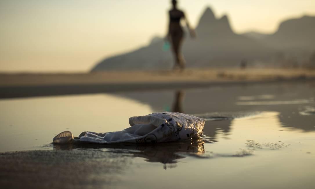 Máscaras são descartadas nas areias da praia de Ipanema, no Rio Foto: Guito Moreto / Agência O Globo/22-07-2020