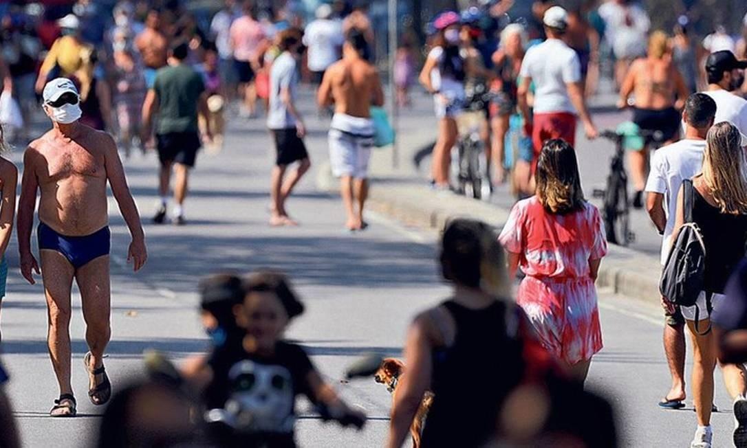Pedestres caminham e pedalam pela orla do Leblon, alguns sem usar máscara Foto: Gabriel de Paiva