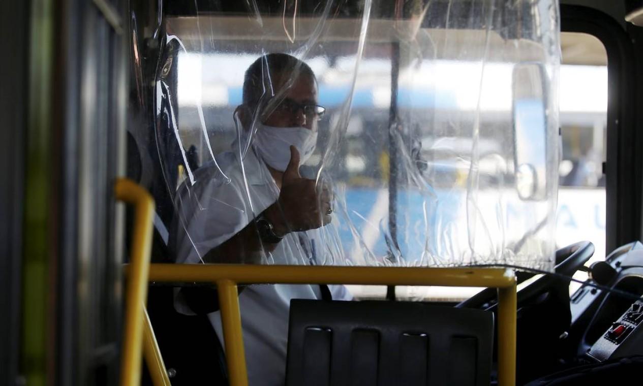 Uma espécie de cortina de plástico está sendo usada para isolar motorista dos passageiros que embarcam nos ônibus em Niterói Foto: Fabiano Rocha / Agência O Globo