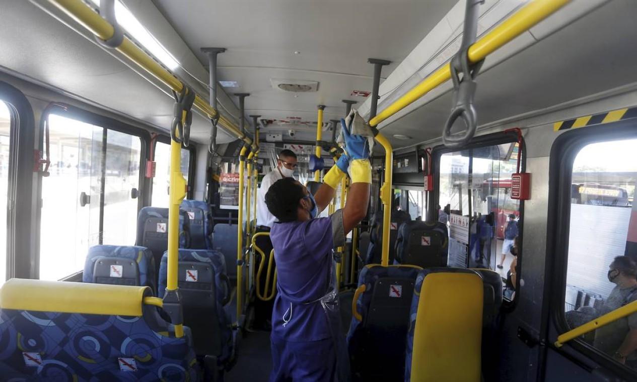 Áreas onde há maior contato com os passageiros recebem atenção redobrada Foto: Fabiano Rocha / Agência O Globo