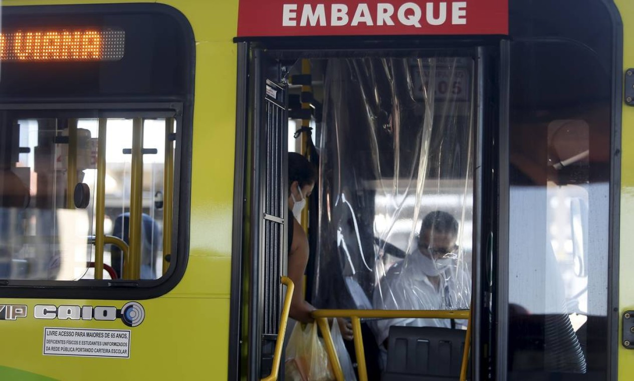 O motorista está agora separado por uma cortina de plástico transparente Foto: Fabiano Rocha / Agência O Globo