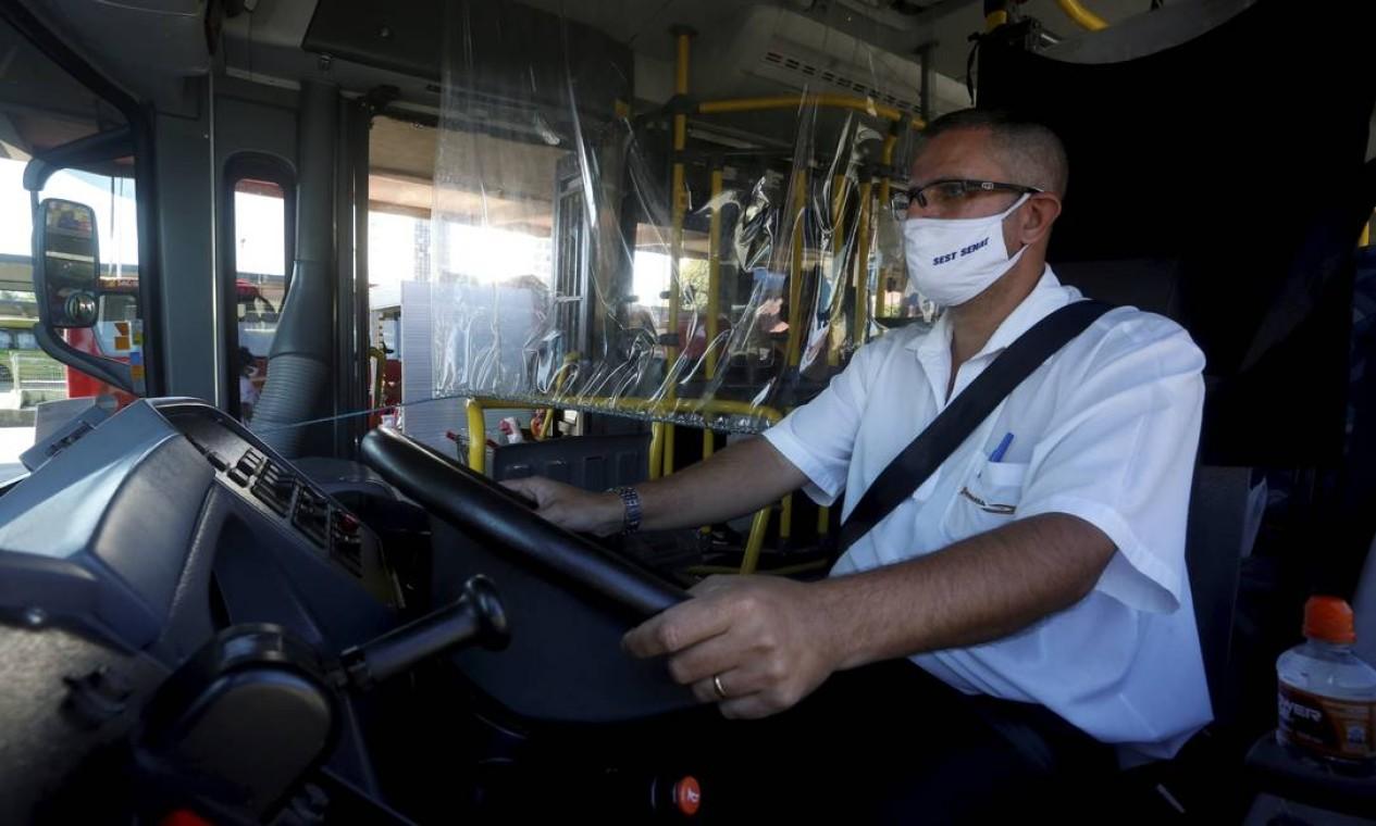 Película de plástico separa motorista dos passageiros que embarcam no ônibus Foto: Fabiano Rocha / Agência O Globo