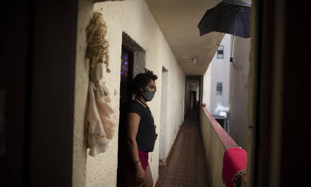 A reintegração foi interrompida por não haver um entendimento sobre o destino das pessoas que ocupam o prédio Foto: Márcia Foletto / Agência O Globo