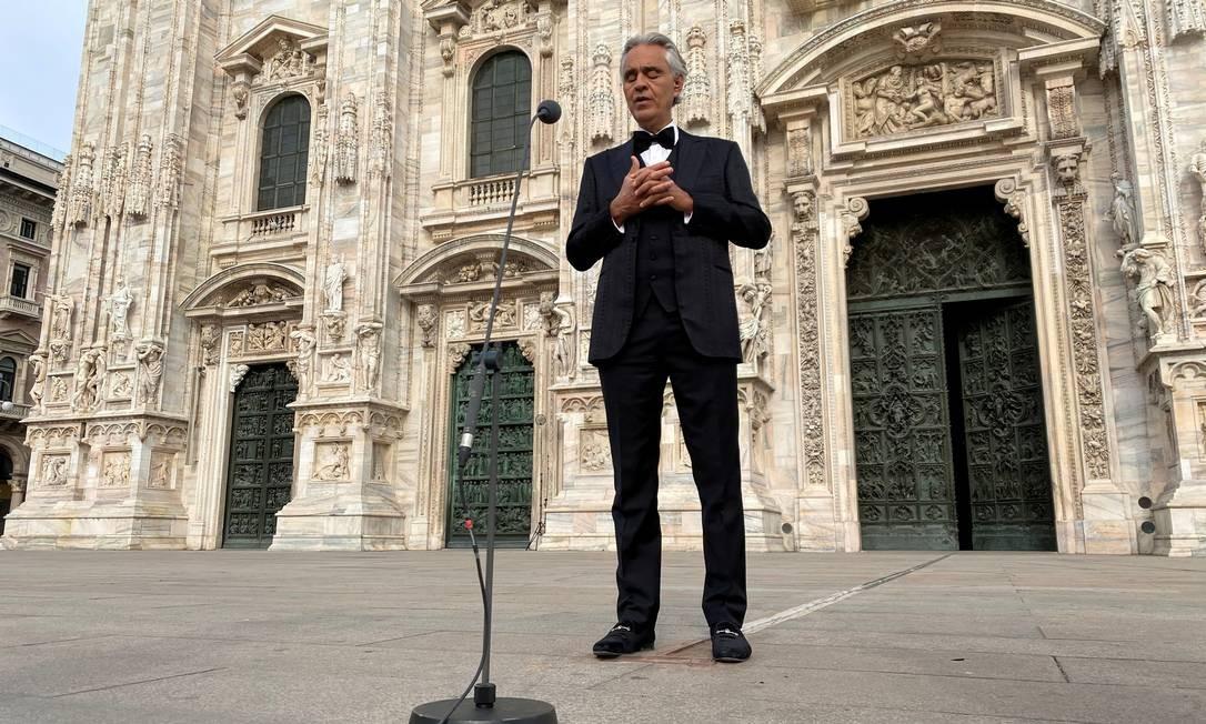 Andrea Bocelli cantando na Catedral de Milão vazia no domingo de Páscoa Foto: Alex Fraser / REUTERS/12-04-2020