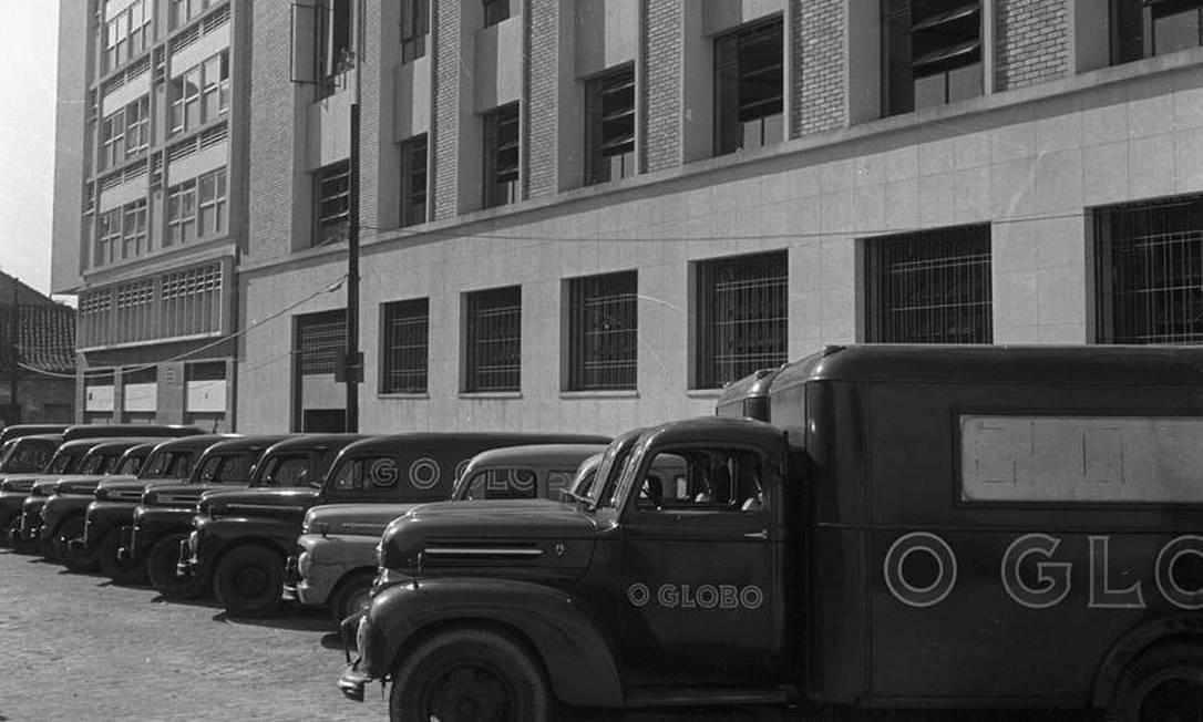 Caminhões para distribuição dos jornais em 1956, já no pátio da sede da Irineu Marinho Foto: Arquivo