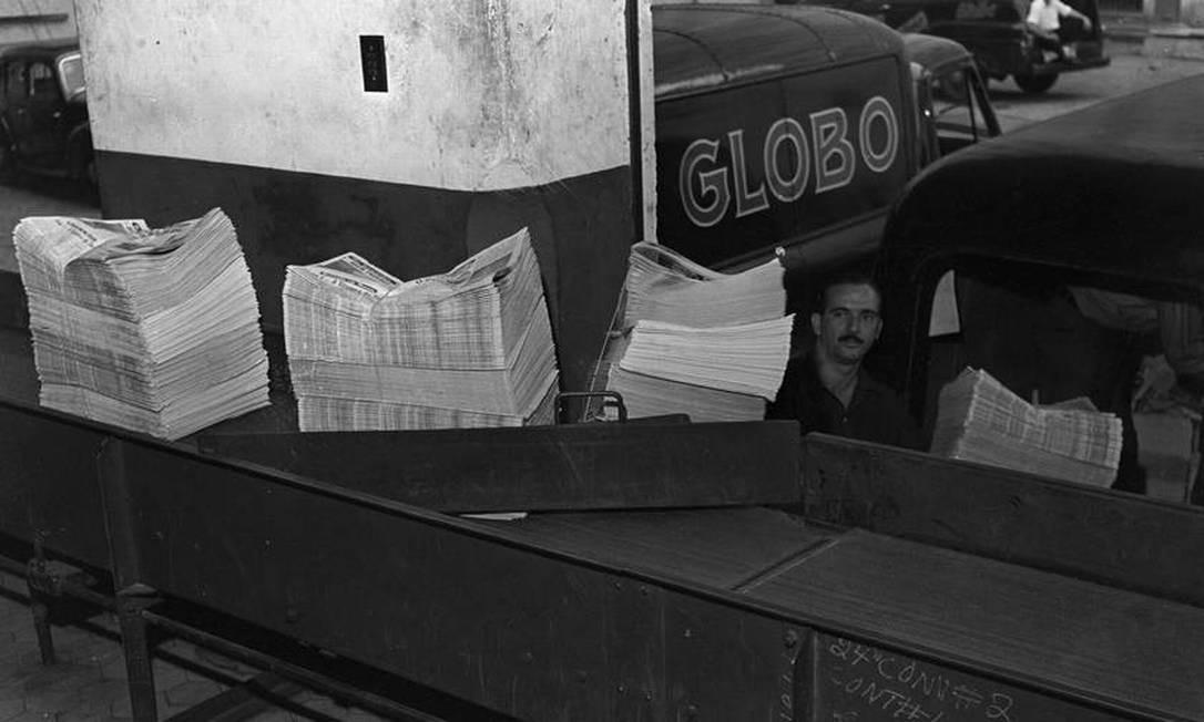 Veículos no pátio do GLOBO sendo carregados com exemplares do jornal para serem distribuídos Foto: Arquivo