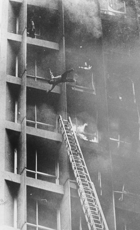 Incêndio do edifício Joelma, em São Paulo, em fevereiro de 1974. Imagem de um homem caindo do edifício em chamas, capturada por Antônio Carlos Piccino, venceu o Prêmio Esso de fotografia daquele ano Foto: Antônio Carlos Piccino / Agência O Globo