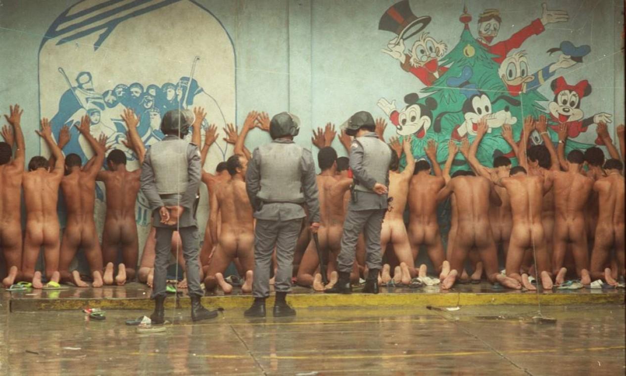 Polícia Militar impede rebelião de presos na 1ª Delegacia de Guarulhos. Prêmio Esso em 1991 Foto: Cláudio Rossi / Agência O Globo
