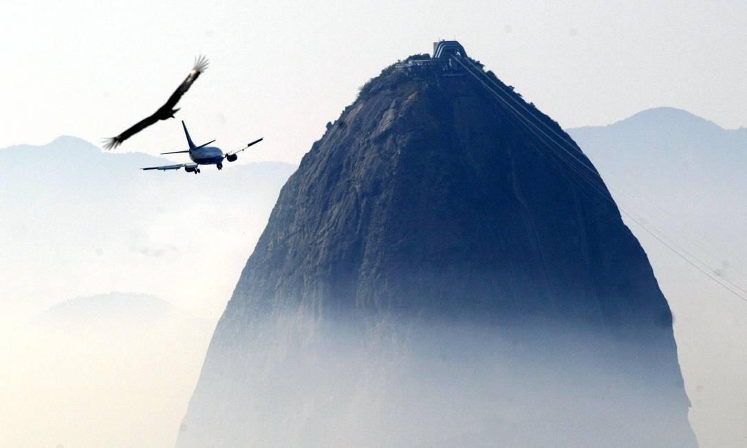 Avião manobra para pouso no aeroporto Santos Dumont em meio a névoa que encobriu a cidade. Prêmio CNT de Fotojornalismo em 2003 Foto: Márcia Foletto / Agência O Globo