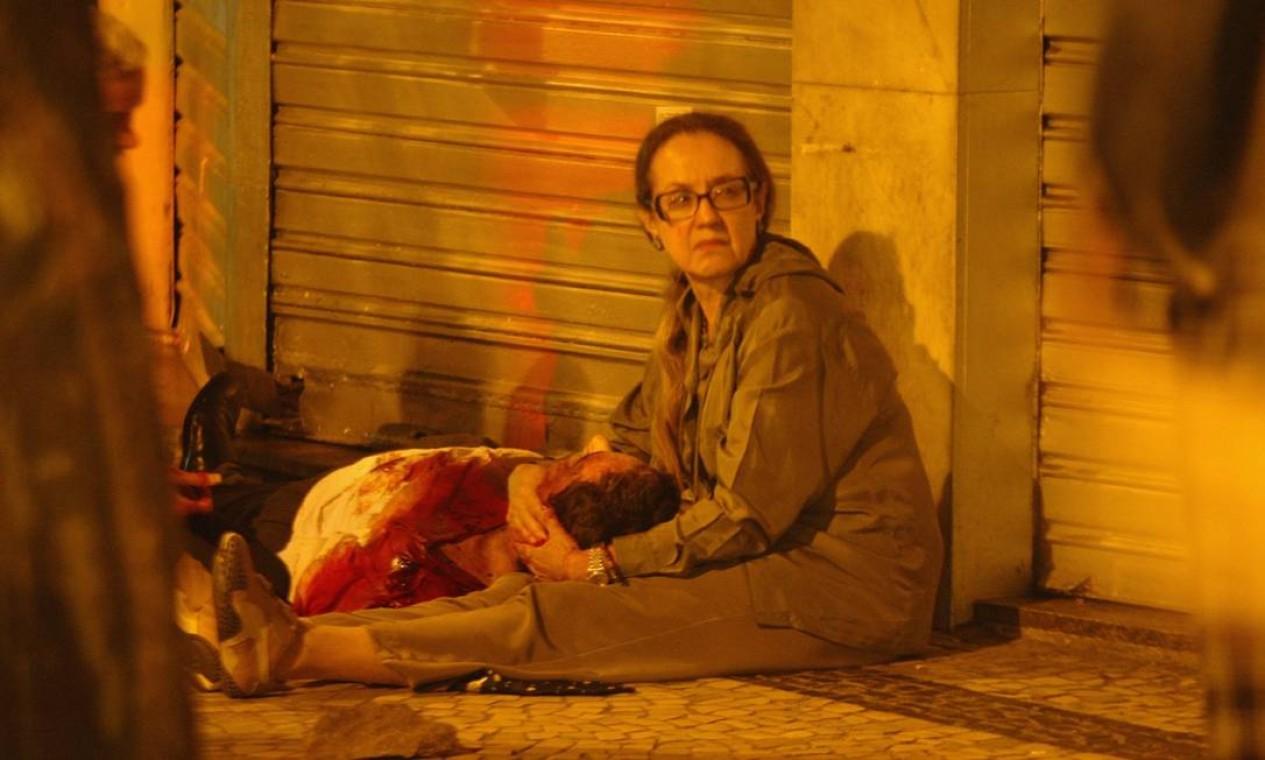 A mãe do empresário Leonardo Tramm Drumond, Norma, vela o corpo do filho assassinado na Rua Visconde de Inhaúma. Prêmio Rey de Espanha de fotografia em 2007 Foto: Marcelo Carnaval / Agência O Globo