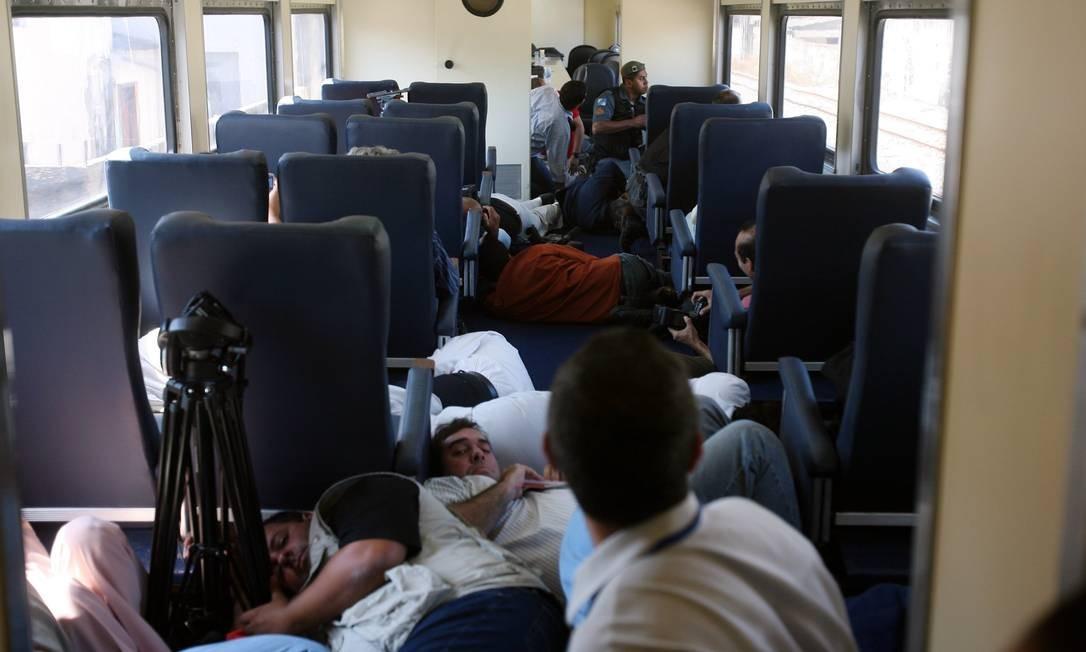 Autoridades e jornalistas são surpreendidos por tiros disparados por traficantes quando trem passava pelo Jacarezinho. Prêmio da Associação Nacional de Transportes Ferroviários em 2007 Foto: Márcia Foletto / Agência O Globo