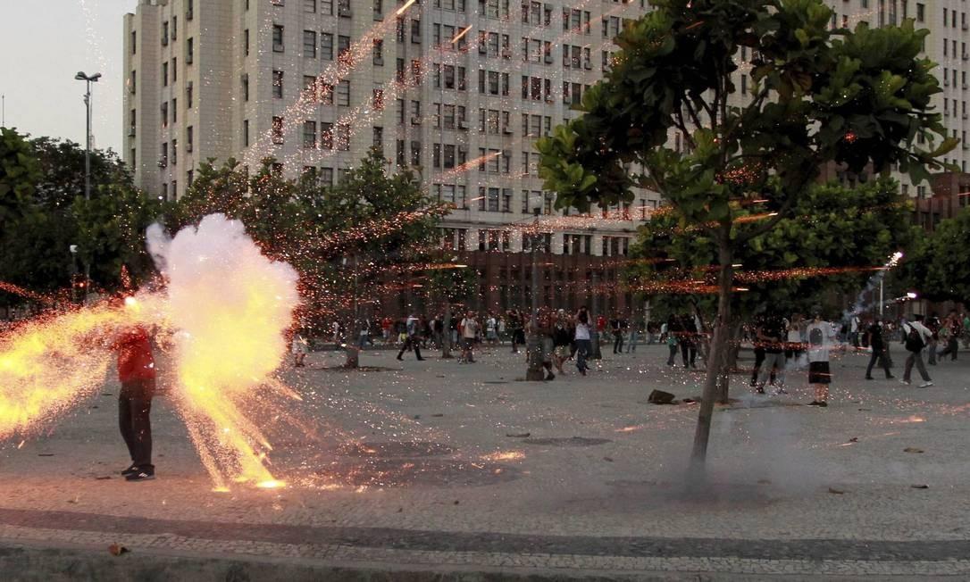 Cinegrafista Santiago Andrade, da TV Bandeirantes, é atingido por um morteiro disparado por manifestantes durente protesto no centro do Rio. Prêmio Esso de 2014 Foto: Agência O Globo