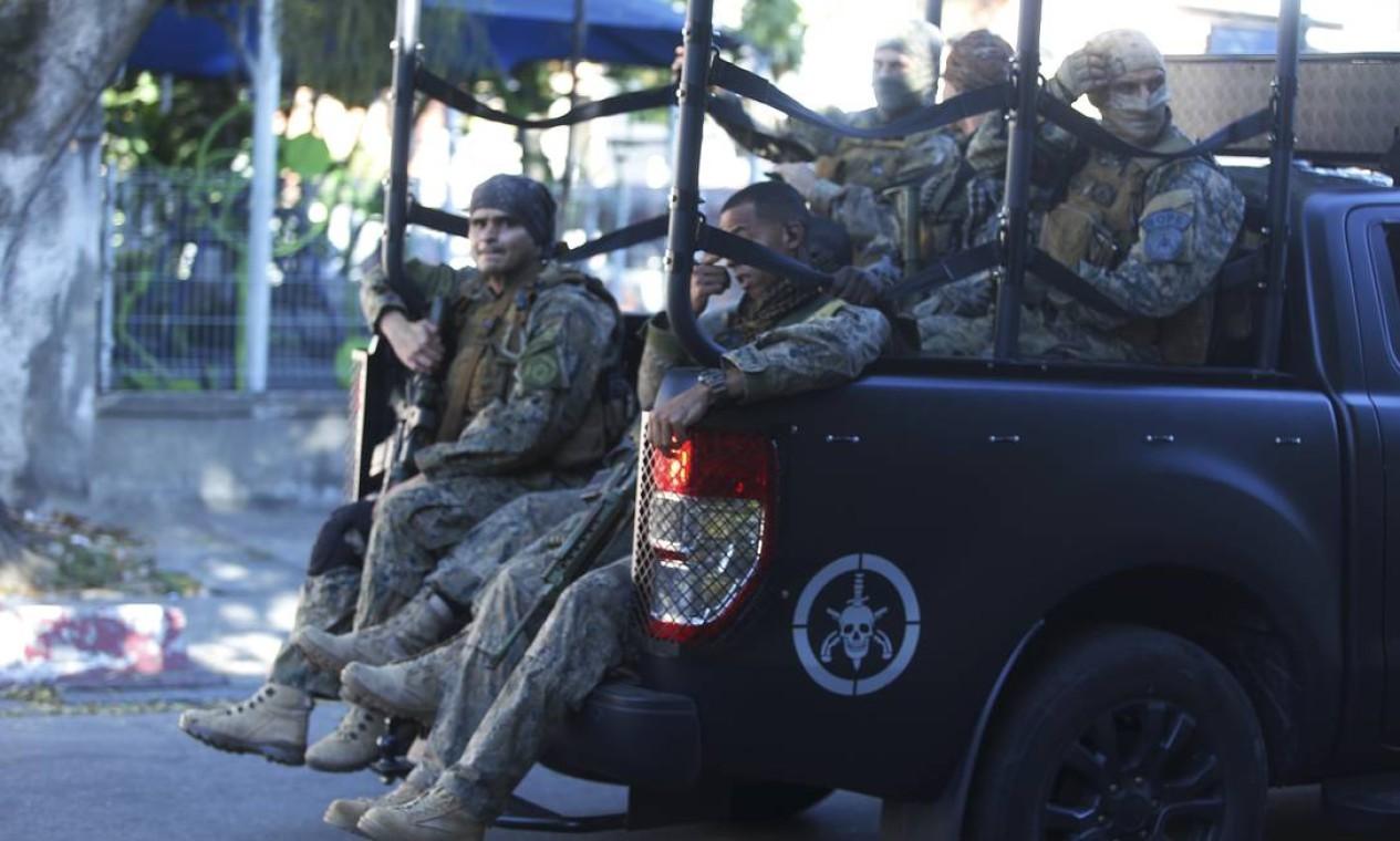 Tropa de elite da Polícia Militar foi acionada após confronto entre criminosos por disputa de território na Praça Seca, Zona Oeste do Rio Foto: Fabiano Rocha / Agência O Globo