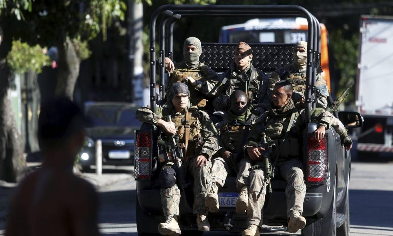 Policiais militares ocupam a Praça Seca, na manhã desta segunda-feira (28) Foto: Fabiano Rocha / Agência O Globo