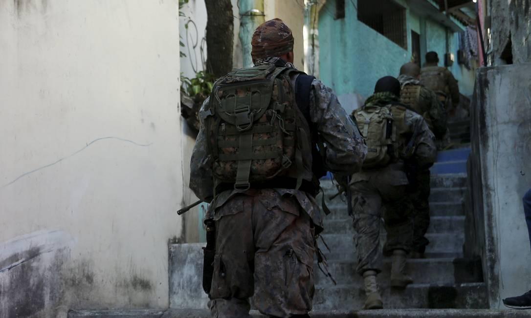 Grupo de policiais faz incursão no Morro do Barão, na Praça Seca, Zona Oeste do Rio Foto: Fabiano Rocha / Agência O Globo