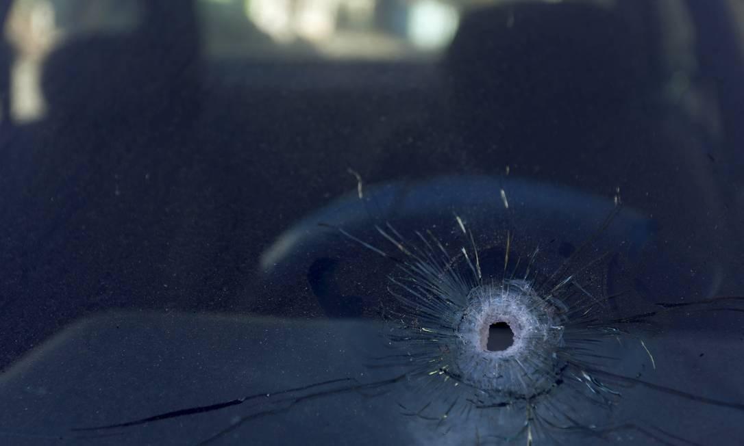 Marca de tiro em carro estacionado na localidade do Morro do Barão. Uma pessoa morreu e outra ficou ferida durante o confronto no Morro da Barão Foto: Fabiano Rocha / Agência O Globo