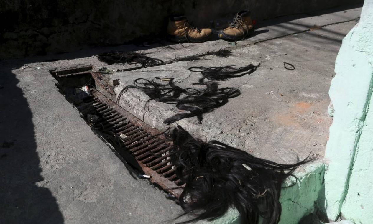 Cabelos de uma moradora que, segundo moradores, foi punida pelo tráfico por ser informante da milícia Foto: Fabiano Rocha / Agência O Globo