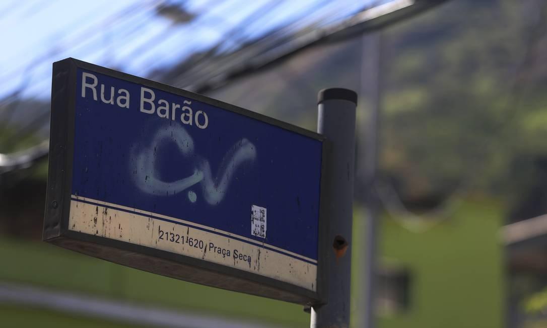 Pichação de facção criminosa em placa da Rua Barão, na Praça Seca Foto: Fabiano Rocha / Agência O Globo