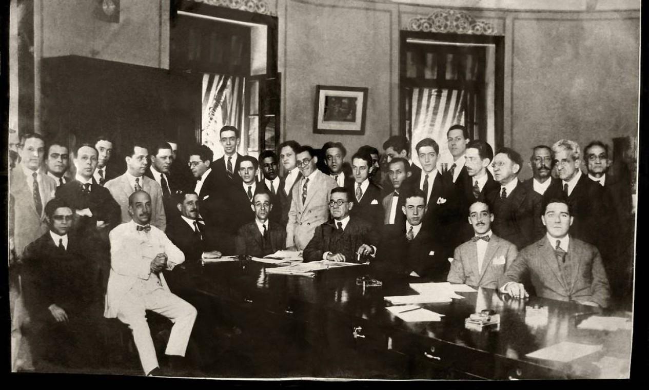 Irineu Marinho (de terno branco e gravata borboleta) com a primeira equipe do GLOBO, na Redação original do jornal Foto: Memória Globo