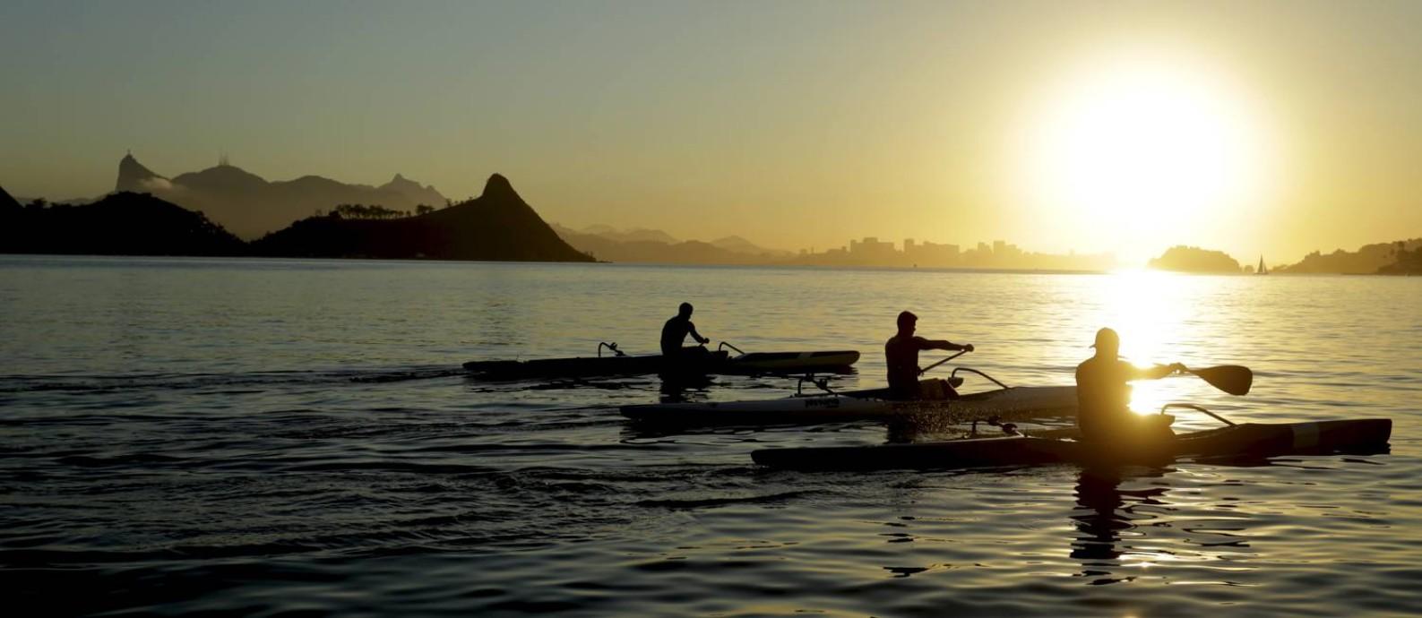 Praticantes de canoa havaiana na Praia de Charitas Foto: Marcelo Theobald / Agência O Globo