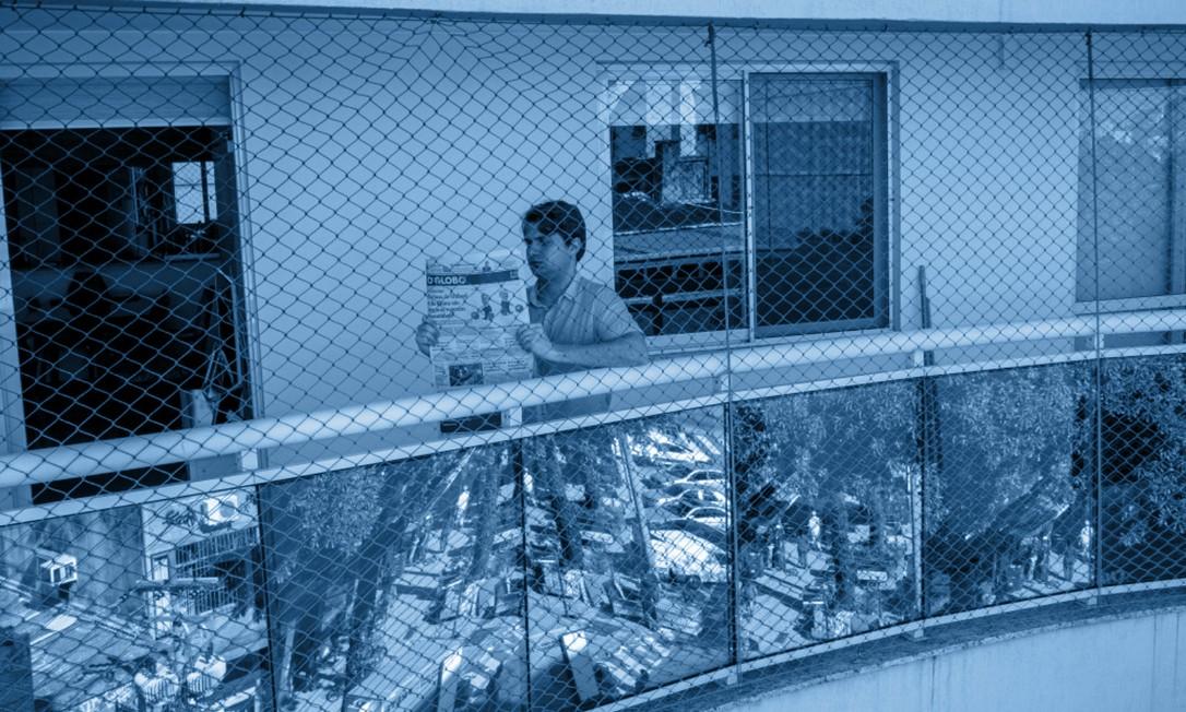 O delegado Brenno Carnevale lê O GLOBO em sua varanda Foto: Brenno Carvalho