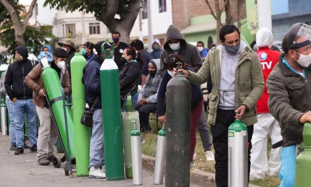 Filas para reabastecer balões de oxigênio em Lima, capital peruana Foto: ROLLY REYNA