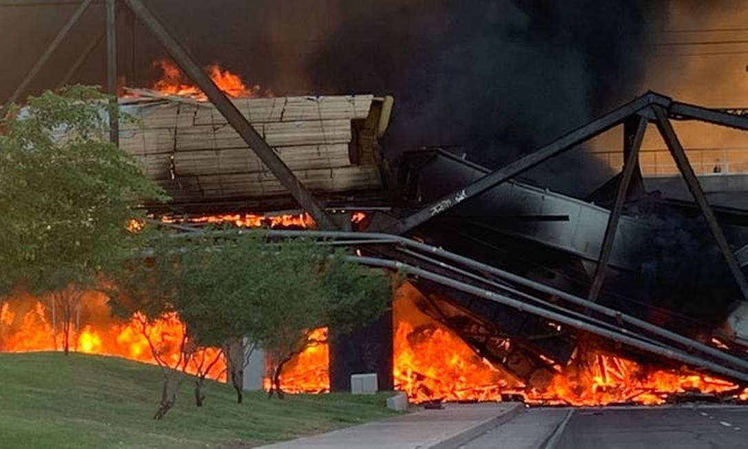 Vagões pegando fogo sobre ponte parcialmente colapsada Foto: Reprodução / Kamberly Wilbourne