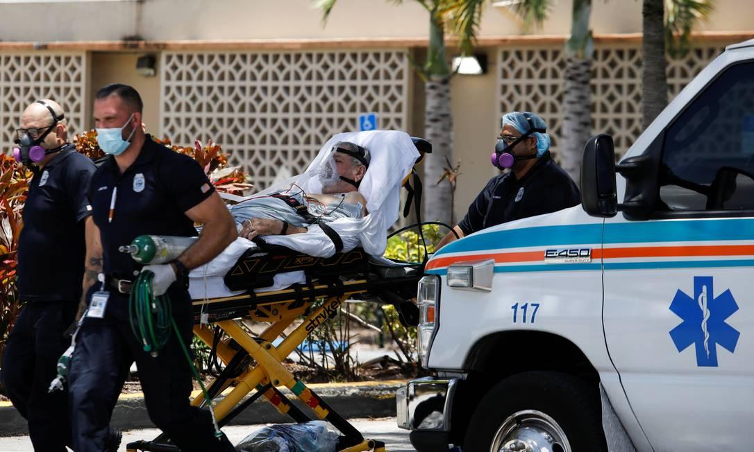 Paciente é levado por paramédicos na Flórida, nos Estados Unidos Foto: MARCO BELLO / REUTERS