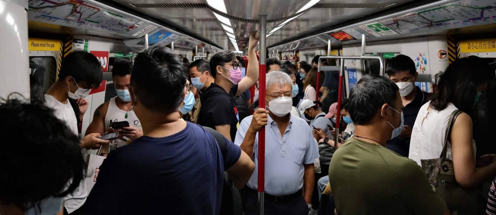 Cidadaos em Hong Kong utilizando máscara no metrô Foto: Anthony Wallace / AFP