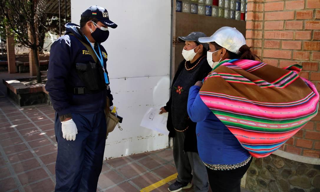 Polícia da Bolívia também tem sofrido com a contaminação de seus agentes Foto: DAVID MERCADO / REUTERS