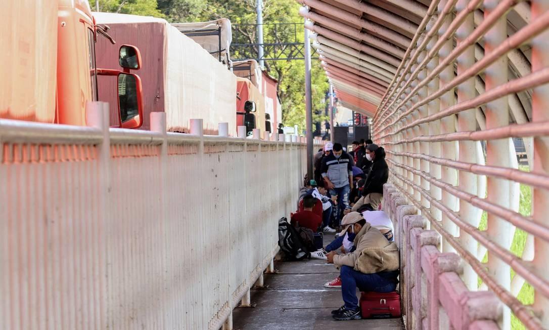 Coronavírus: paraguaios aguardam na Ponte da Amizade, na fronteira com o Brasil Foto: STRINGER / Reuters/13-04-2020