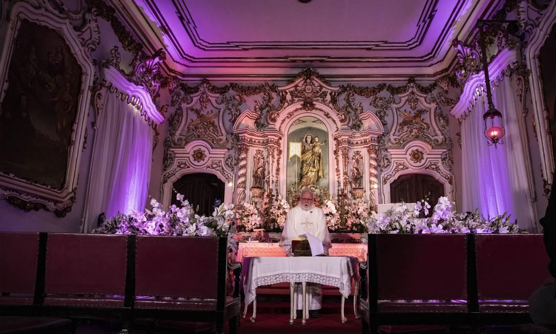 Missa pelos 95 anos do Globo foi celebrada pelo padre José Roberto Devellard, na Igreja São Francisco de Paula, com bancos vazios e transmissão ao vivo no site do jornal Foto: Ana Branco / Agência O Globo