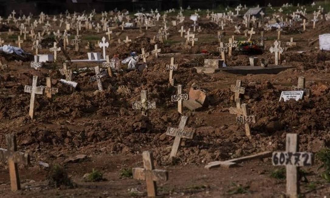 Covas rasas destinadas a pacientes mortos pela Covid-19 no Cemitério do Caju, no Rio Foto: Gabriel Monteiro