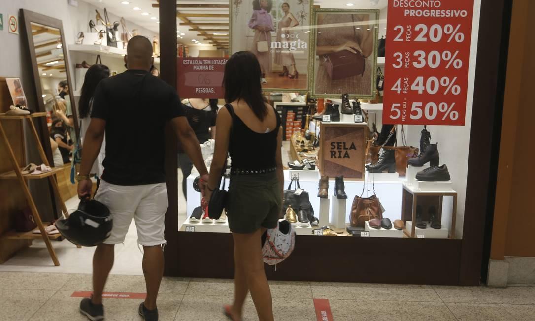 Casal observa vitrine em loja de calçados no Plaza: desconto progressivo Foto: ROBERTO MOREYRA / Roberto Moreyra