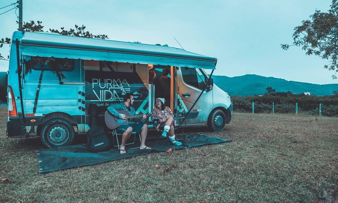 O casal Gregory Senter e Bárbara Gomes e o motorhome que alugaram para uma viagem em Santa Catarina Foto: Divulgação