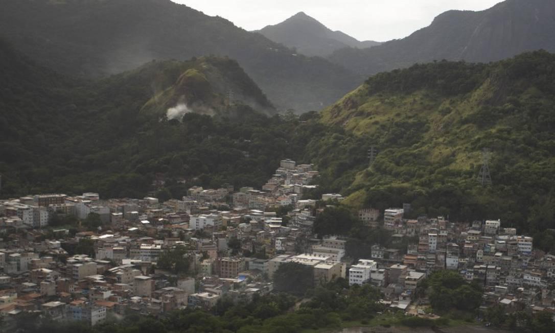 O projeto de lei aprovado pela Câmara do Rio permite a construção de imóveis a 200 metros dos acessos a favelas como a da Muzema, na Zona Oeste, que já sofre com ocupação ilegal Foto: Márcia Foletto 06-07-2020 / Agência O Globo