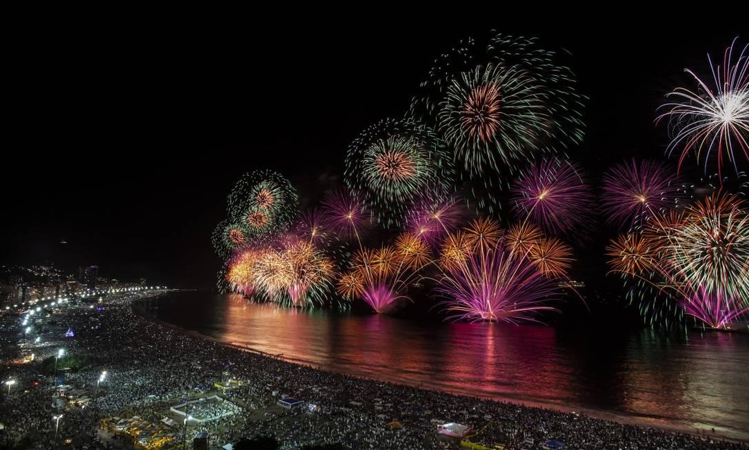 A queima de fogos em Copacabana no último réveillon Foto: Alexandre Cassiano 31-12-2019 / Agência O Globo