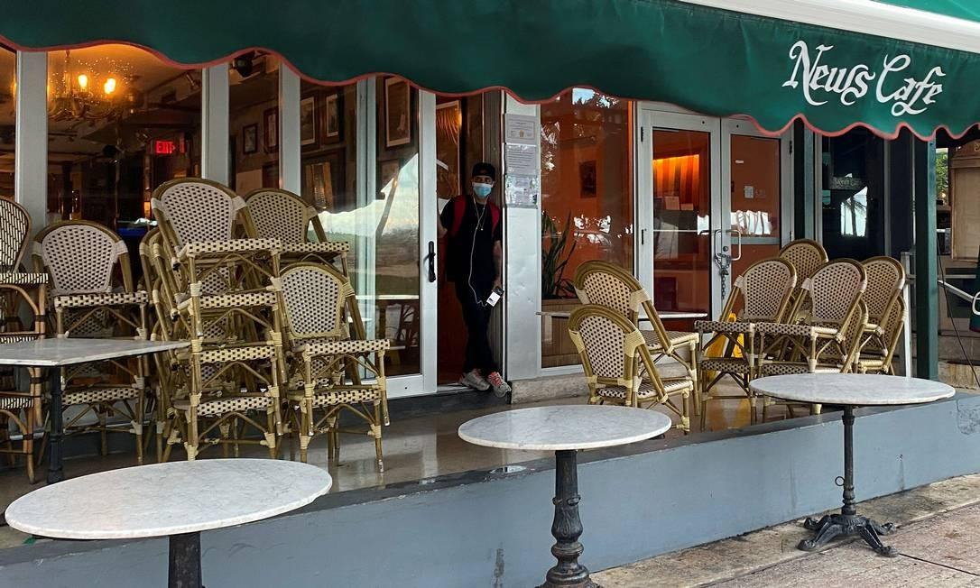 O restaurante News Cafe, em Miami Beach, é fechado antes do toque de recolher imposto devido ao aumento do número de casos de Covid-19 na Flórida Foto: Liza Feria / Reuters