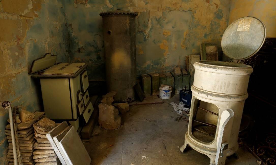 Equipamentos antigos de cozinha ficam dentro de uma sala de armazenamento em Villa Guardamangia, uma antiga residência da rainha Elizabeth e do príncipe Philip da Grã-Bretanha, em Pieta, Malta Foto: DARRIN ZAMMIT LUPI / REUTERS