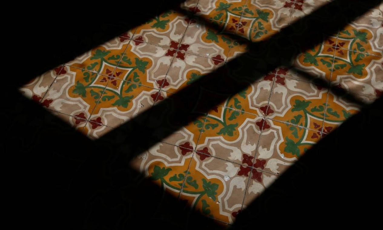 A luz brilha nos azulejos tradicionais malteses no que era o quarto do príncipe Philip em Villa Guardamangia, uma antiga residência da rainha Elizabeth e do príncipe Philip Foto: DARRIN ZAMMIT LUPI / REUTERS